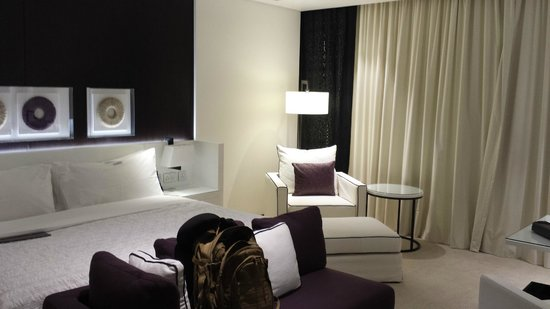 Le Meridien Dubai Hotel & Conference Centre : bed and sitting area
