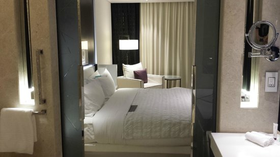 Le Meridien Dubai Hotel & Conference Centre : Bed from bathroom