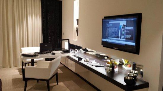 Le Meridien Dubai Hotel & Conference Centre : desk area