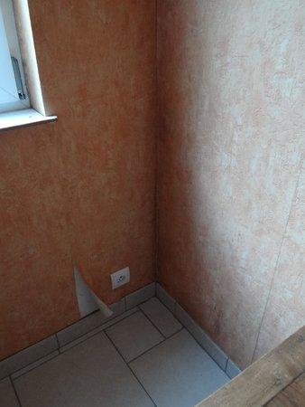 Le Logis de Mousterlin : chambre papier peint décollé moisi