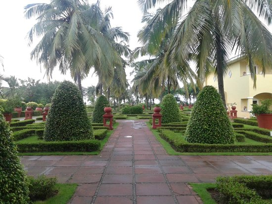The LaLiT Golf & Spa Resort Goa: Well maintained gradens n landscapes