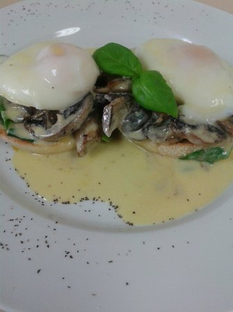 Little Kitchen on the bay: Vege eggs bennie....just devine with creamy mushrooms!