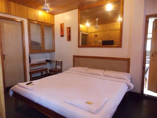 Ashutosh Inn: hotel room