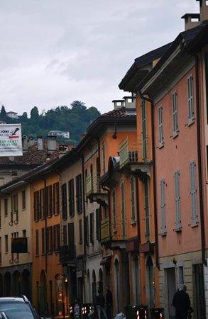 Borgovico Hotel: The colourful houses on the street