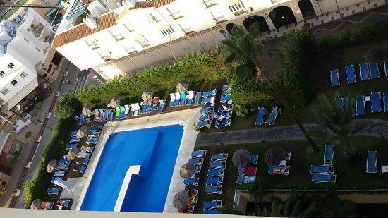 Gran Cervantes by Blue Sea : La piscina del hotel un poco saturada de tumbonas.