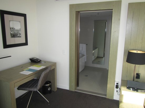 Hyatt Regency Sydney: Harbor view room showing the desk and bathtub