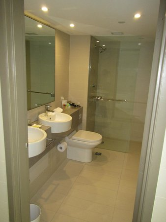 Four Points by Sheraton Sydney, Darling Harbour: Harbor view room showing the  Bathroom