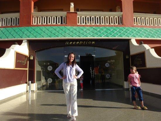 Aqua Blu Sharm: У входа в отель