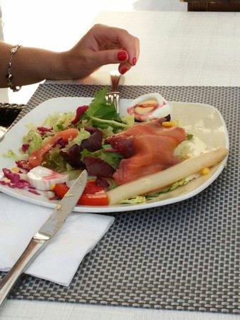 S'oli Verge: Салат с лососем и сыром, очень большая порция.