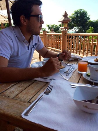 Santhiya Koh Phangan Resort & Spa: Petit déjeuner sur la terrasse de l'hôtel vu magnifique sur la mer!