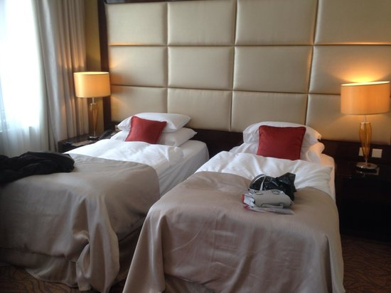 Hotel Kings Court : Executive room with lots of space between beds and tv/desk