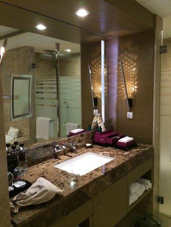 Sofitel Bangkok Sukhumvit: Bathroom with Hermes toiletries in Junior Suite