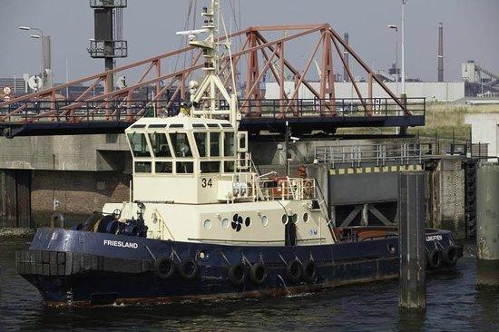 Dutch Pedelec Tours: Tug going through IJmuiden Locks