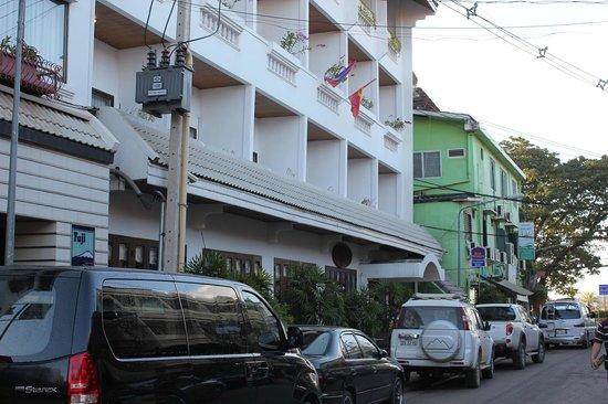 BEST WESTERN Vientiane Hotel: ホテル外観 繁華街の中にある