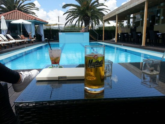 Agrilia Hotel: Drinks by the pool