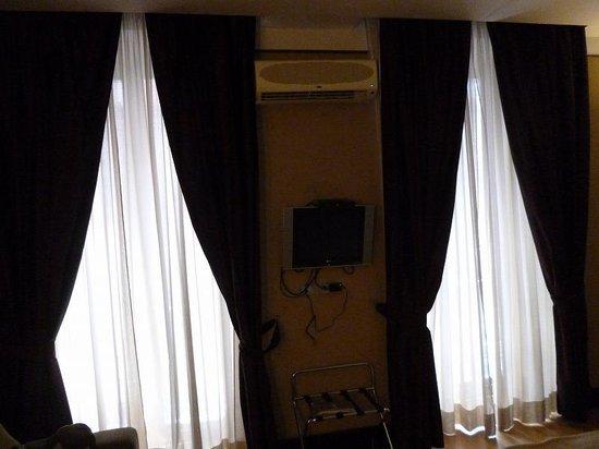 MH Design Hotel: 窓は大きく2つあり、明るい部屋