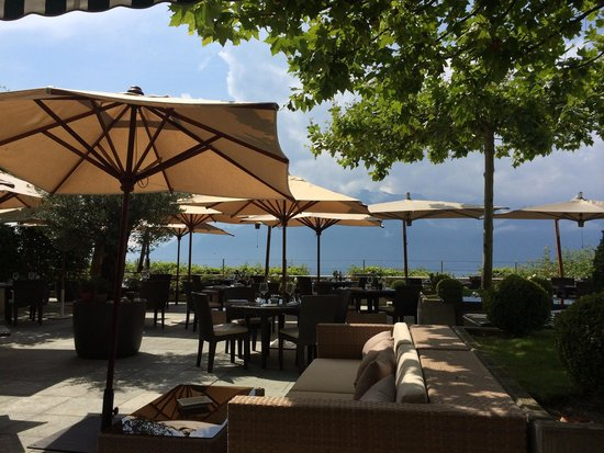 Hotel des Trois Couronnes: Gorgeous terrasse with a view!!!