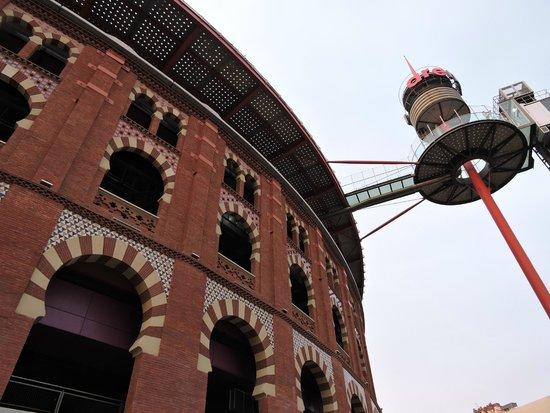 Restaurante La Botiga Arenas : vue d'en bas, le restaurant est en haut à droite de l'ascenceur