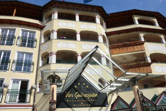 Hotel Vier Jahreszeiten: Der Eingang