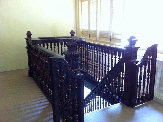 "Baba & Nyonya Heritage Museum: Escalier ""protégé""..."