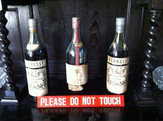 Baba & Nyonya Heritage Museum: Flacons de cognac d'époque !