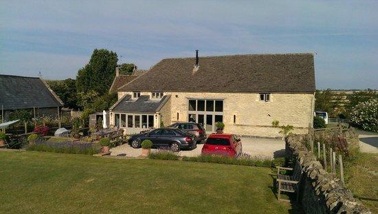 Tom's Barn: Parking et entrée du cottage