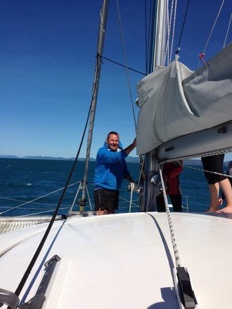 ISail Whitsundays: Helping with expert guidance put up the main sail