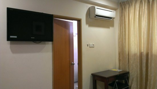 YMCA Hostel: TV & Aircon in our room.