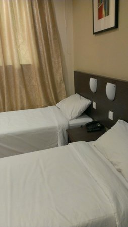 YMCA Hostel: Comfy beds in our twin room.