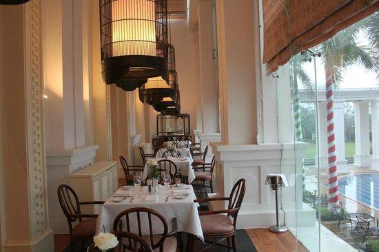 Indochine Palace: レストランからプールも見える 高級感ある