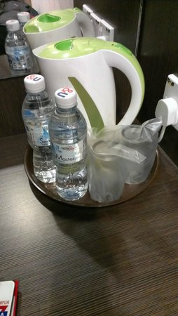 YMCA Hostel: Complimentary water, glasses & kettle.