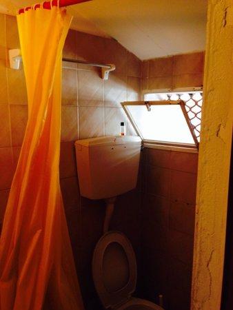 Hotel Leonardo: Il bagno fatiscente!!!