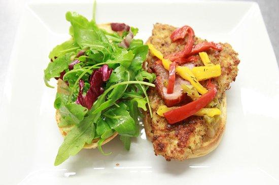 Prao : Le burger de poulet fermier, chips de bacon, compoté de poivrons, sauce crème, miam....