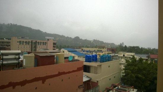 Deevana Plaza Phuket Patong : side of hotel view
