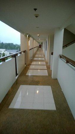 Deevana Plaza Phuket Patong : Sixth floor walkway
