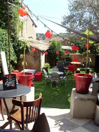 Petits plats originaux faits maison dans un petit jardin calme et tr s agr able photo de et - Petit jardin proven nimes ...