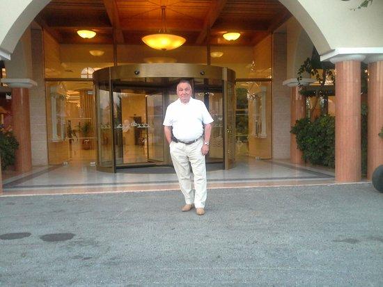 Atrium Palace Thalasso Spa Resort & Villas: Перед входом в отель