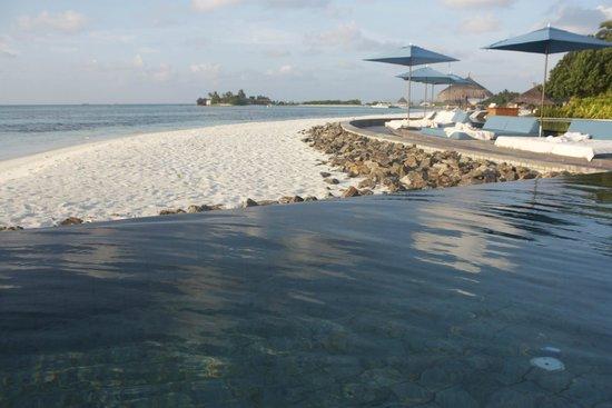 Four Seasons Resort Maldives at Kuda Huraa: piscina/praia