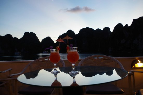Halong Emotion Cruises Private Charter: 夕暮れ