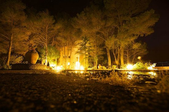 Mirador de Siurana Hotel: Hotel entrance at night