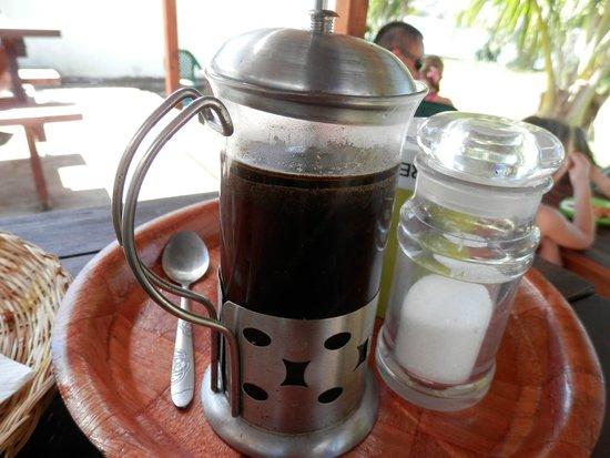 コーヒーはこんな容器でサービスされます。