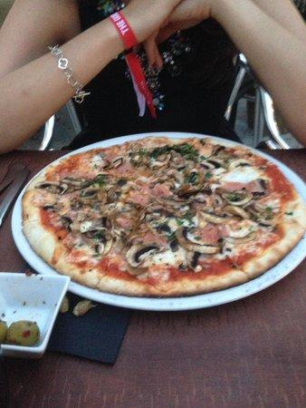 La Tana: Pizza jamón y champiñones , buena masa también muy buena