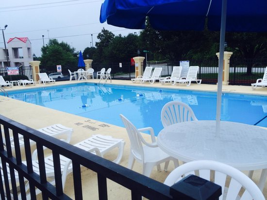 Baymont Inn & Suites Greensboro/Coliseum: Pool area