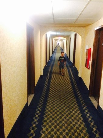 Baymont Inn & Suites Greensboro / Coliseum: Long long long hallway