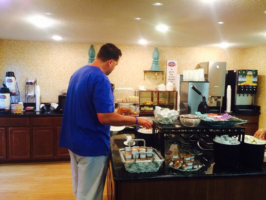 Baymont Inn & Suites Greensboro/Coliseum : Continental Breakfast