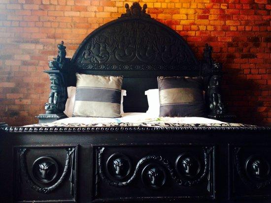 Velvet: Gothic bed
