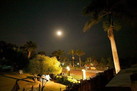 2Friends Beach Hotel: View at night