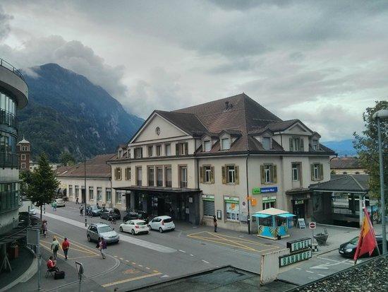 Hotel Bahnhof: View of Interlaken west station from room