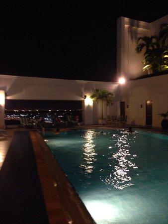 Renaissance Riverside Hotel Saigon: Nighttime rooftop pool, open till 11pm