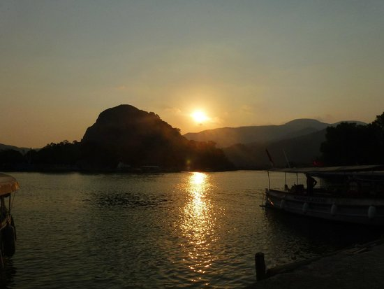 Hotel Asur /Assyrian Hotel: Sunset of the river at the back of the hotel